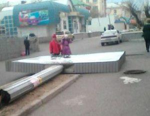 Незаконная рекламная конструкция упала на тротуар в центре Читы