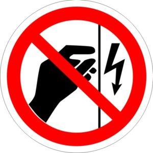 P 09. Запрещается прикасаться. Корпус под напряжением